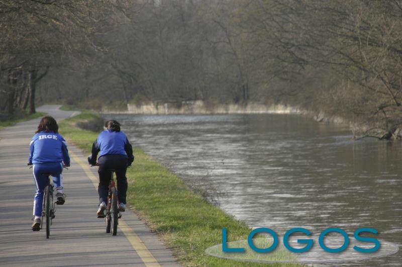 Attualità - ciclisti lungo il Naviglio