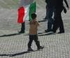 Attualità - bimbo con bandiera dell'Italia