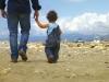 Attualità - Un bambino con suo padre (da internet)