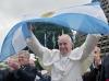 JMJ 2013 - Papa Francesco con la bandiera argentina