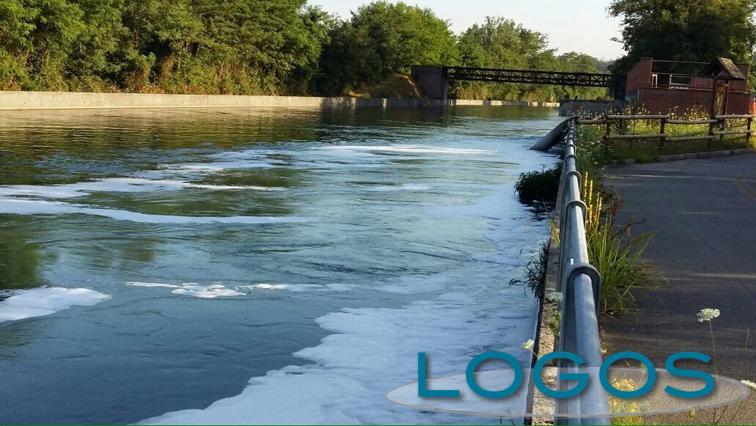 Turbigo/Nosate - Schiuma nel Canale Industriale