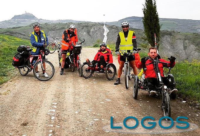Storie - Pietro col gruppo di amici e il papà durante il viaggio sulla via Francigena
