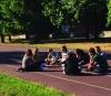Scuola - Un gruppo di studenti di prima durante il campus