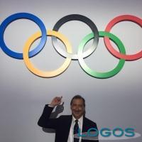 Milano - Il Sindaco Beppe Sala con i cinque cerchi olimpici