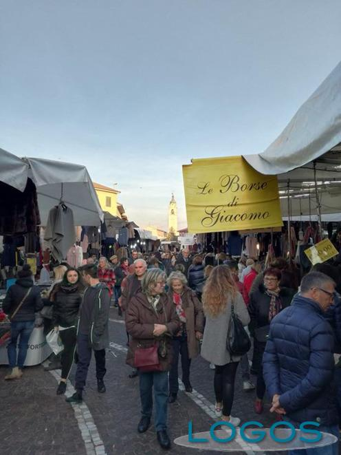 Castano Primo - Gli ambulanti di Forte dei Marmi in piazza Mazzini