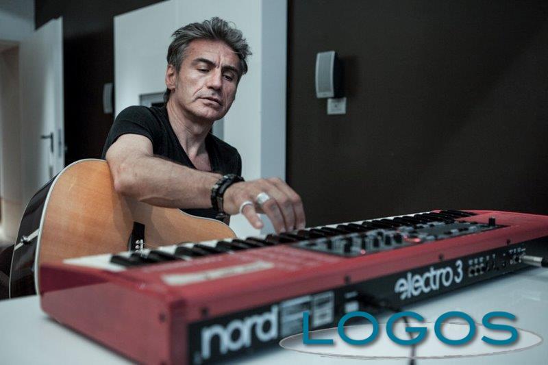 Musica - Luciano Ligabue mentre compone canzoni