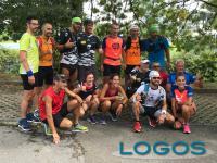 Milano - Alberto Mereghetti con un gruppo di amici che l'hanno seguito in alcuni punti del percorso
