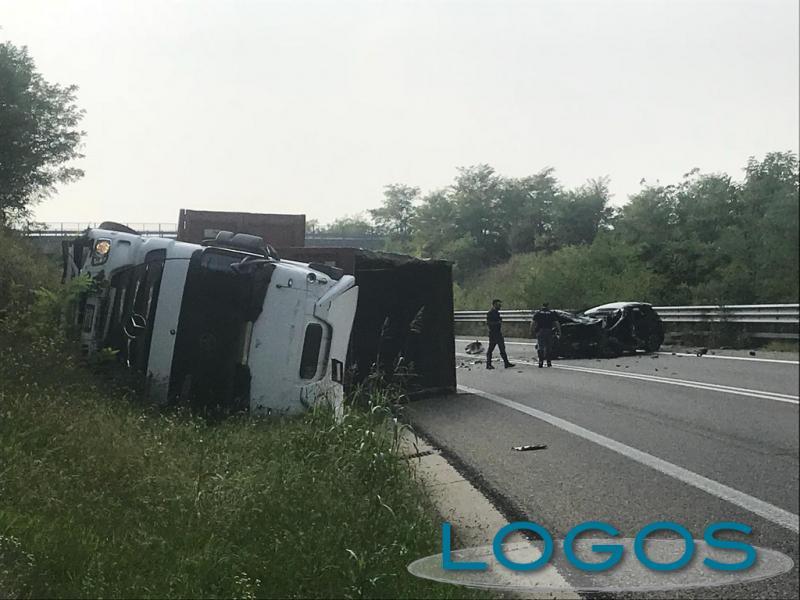 Vanzaghello - Schianto auto - camion sulla 336