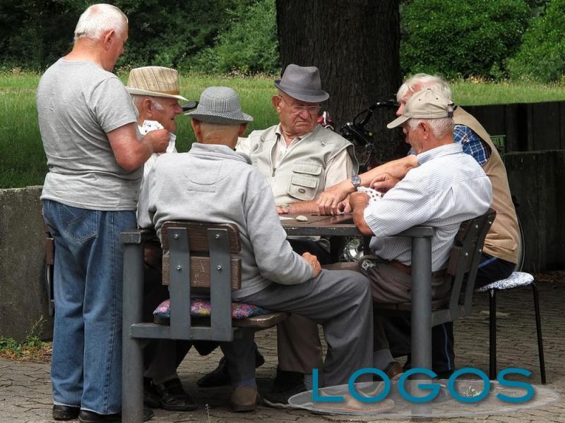 Rubrica Post Scriptum - Anziani che giocano a carte (da internet)