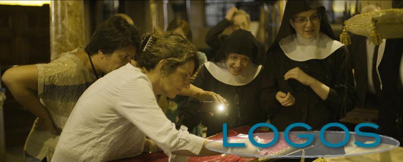 Attualità - Le monache benedettine con la professoressa Cattaneo durante il restauro dei paramenti dei tre santi