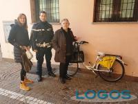 Castano Primo - La Polizia locale con la bici ritrovata e restituita alla legittima proprietaria