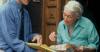 Generica - Finto venditore con un'anziana (da internet)