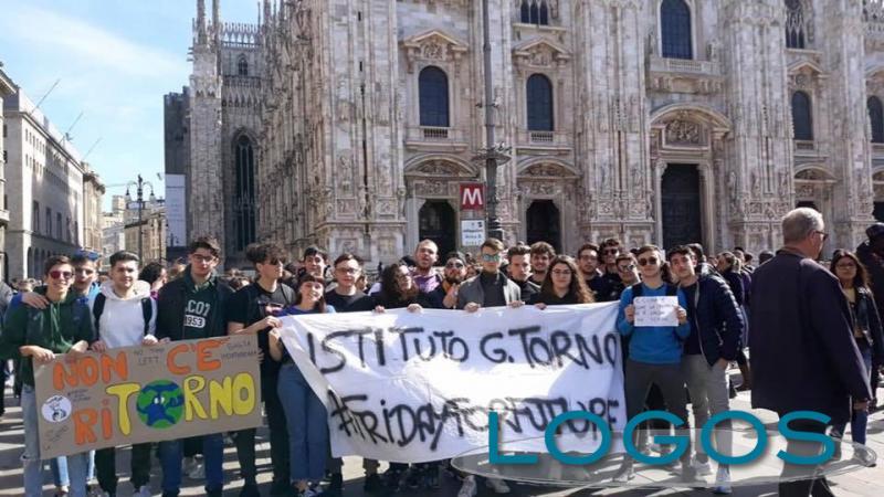Scuola - I ragazzi del 'Torno' durante la manifestazione a Milano