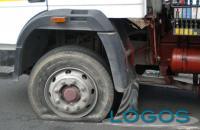 Generica - Autoarticolato con ruota sgonfia (da internet)
