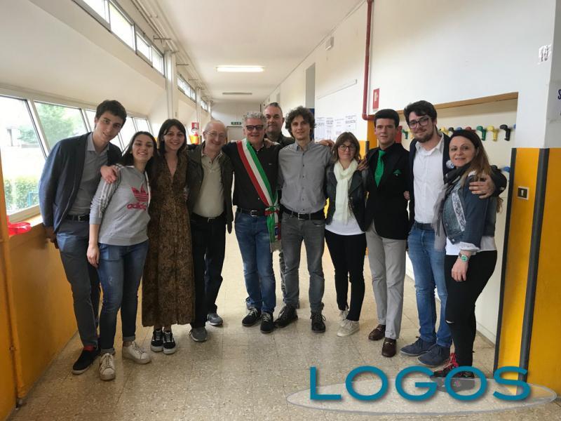 Vanzaghello - Il nuovo sindaco Arconte Gatti con la sua squadra