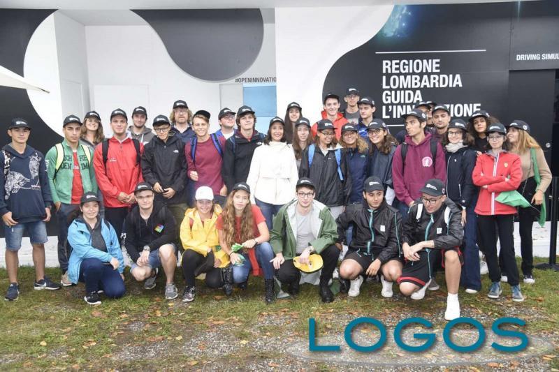 Motori - L'assessore regionale Martina Cambiaghi con gli studenti