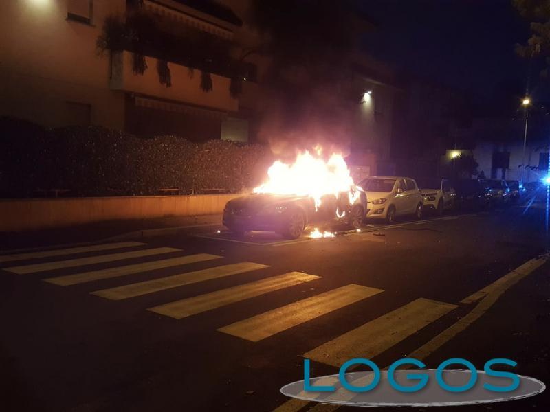 Magenta - Auto in fiamme in pieno centro