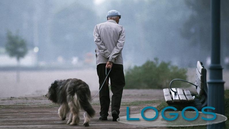 Attualità - Un anziano con il suo 'amico a quattro zampe' (Foto internet)