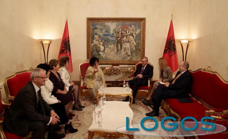 Attualità - Miranda Liz durante uno dei suoi incontri in Albania