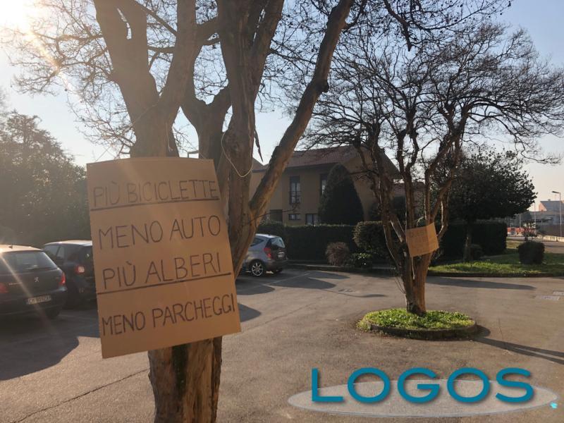 Cuggiono - Cartelli di protesta in Largo F.lli Borghi
