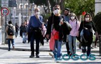 Salute - Persone in giro con le mascherine (foto internet)