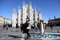 Milano - Ragazza con mascherina in piazza Duomo (foto internet)