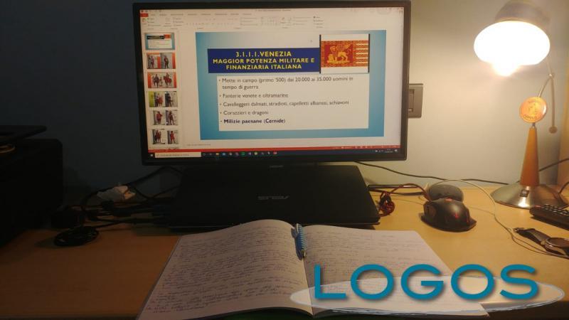 Scuola - Universitario che studia online