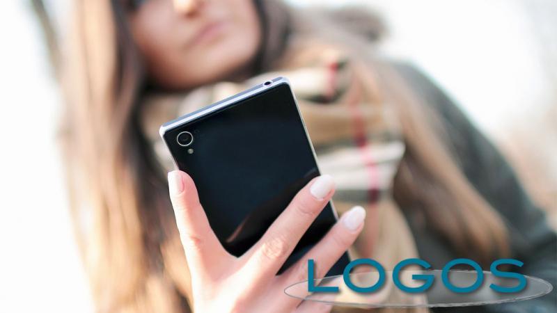 Generica - Ragazza con lo smartphone (foto internet)