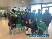 Salute - Angelo con medici e infermieri all'ospedale di Magenta