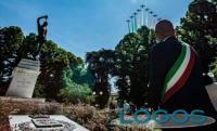 Attualità - Il sindaco di Codogno durante il passaggio delle 'Frecce Tricolori'