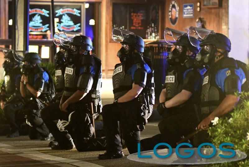 USA - Polizziotti in ginocchio per Floyd (foto Twitter)