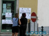 Territorio - Manifesti funebri davanti alle sedi dell'Inps