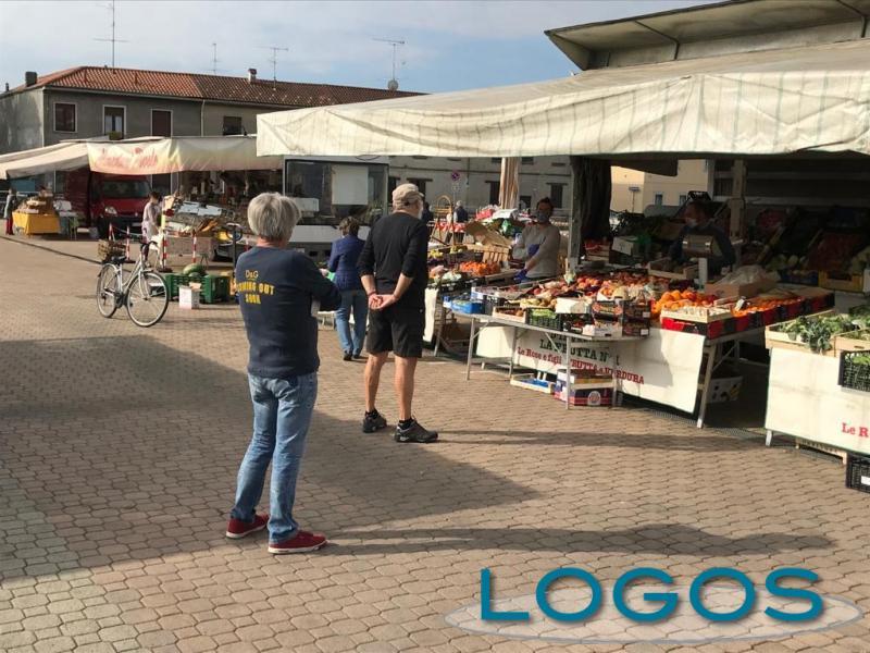 Castano - Il mercato durante l'emergenza Covid (Foto d'archivio)