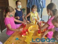 Cuggiono - Bambini dell'Oratorio preparano le decorazioni per il Carmine