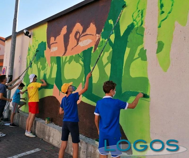 Inveruno - Giovani al lavoro per realizzare il murales