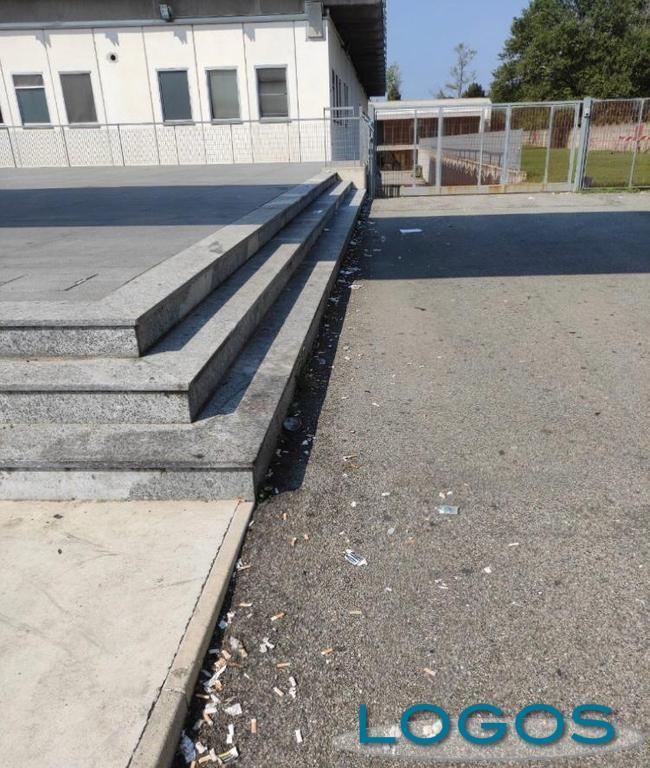 Castano - Schiamazzi e rifiuti davanti scuola