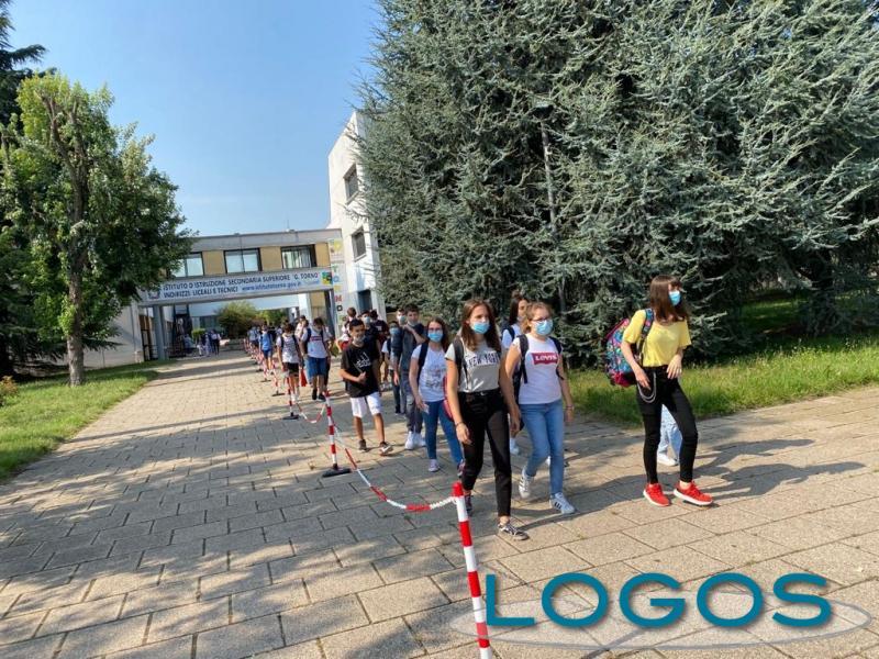 Scuola - Studenti all'uscita dal 'Torno' (Foto d'archivio)