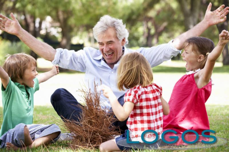 Generica - Nonno con i nipoti (foto internet)