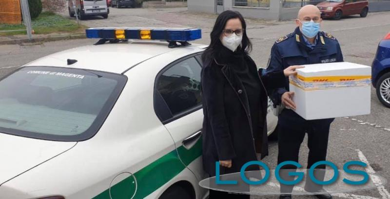 Magenta - Il sindaco Chiara Calati ritira i vaccini