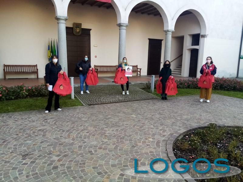 Arconate / Sociale - Una borsa rossa contro la violenza sulle donne