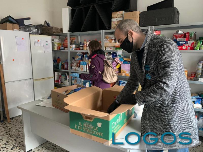 Castano - La preparazione di un pacco alimentare (Foto Franco Gualdoni)