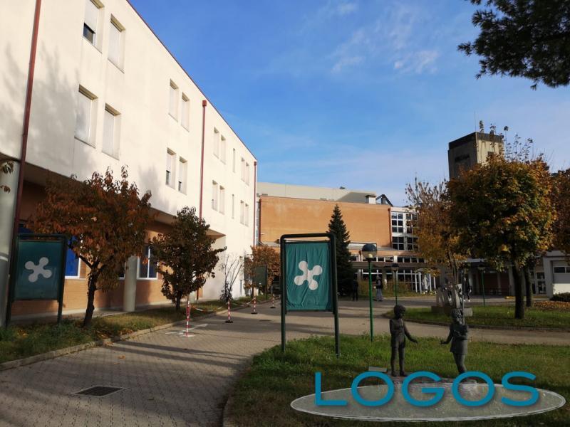 Cuggiono - L'accesso dell'Ospedale con le statutue