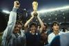 Sport - Paolo Rossi con la Coppa del Mondo (Foto internet)