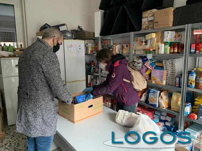 Castano / Sociale - Preparazione dei pacchi alimentari (Foto Franco Gualdoni)