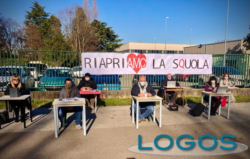 Inveruno - Protesta dei professori fuori dal Marcora