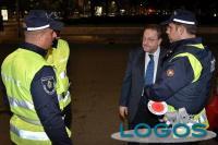 Milano - L'assessore regionale De Corato con alcuni agenti di Polizia locale (Foto d'archivio)