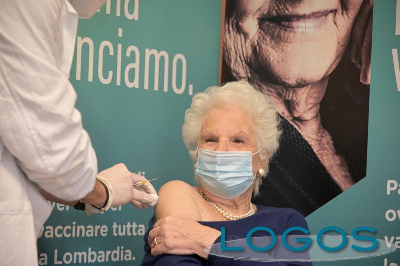 Milano - Liliana Segre durante la vaccinazione