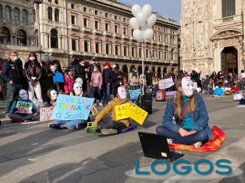 Milano - Studenti, insegnanti e genitori in piazza Duomo