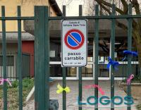 Boffalora - Nastrino sul cancello di scuola