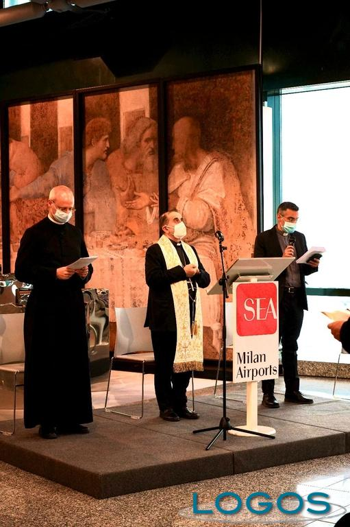Malpensa - Don Giorgio durante la visita dell'Arcivescovo di Milano (Foto Franco Gualdoni)